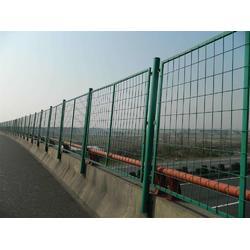 高铁加密金属防护栏生产_高速公路两侧防落物网现货  矩管立柱金属网栅栏图片