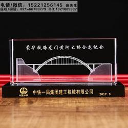 大桥竣工纪念礼品定做厂家,铁路公路隧道通车纪念礼品,水晶内雕工艺礼品制作图片