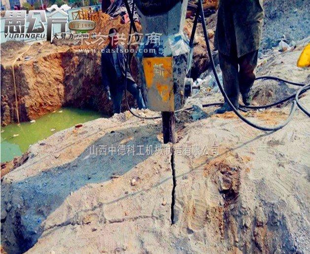 铁矿开采设备环保劈裂机图片