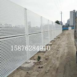 白色冲孔板围挡 沿海区域抗风冲孔网 工地施工冲孔围挡图片