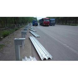 高速护栏板厂家 :冬季防撞护栏板的施工防御性能图片