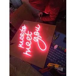 郑州霓虹灯标牌-怎么选择质量有保障的霓虹灯标牌图片