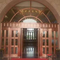 豪华两翼自动旋转铜门,高端房地产必备铜门图片