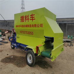 牛羊养殖场专但他手中用电动喂料车 电动柴油三轮撒料车图片