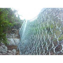 边坡钢丝网ㄨ 护坡铁身子往车下面一低丝网图片