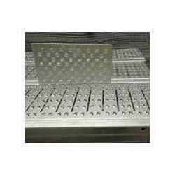 供应不同材质的十字孔防滑板图片